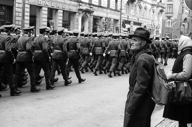 Z cyklu Vojenská přísaha v centru hlavního města, Praha, říjen 1981. Foto: Josef Chuchma