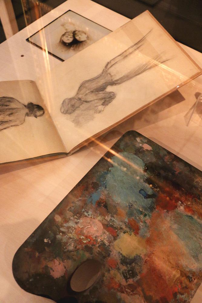 Skicák Zdenky Braunerové a paleta v expozici na výstavě Vlastním hlasem. Foto: Národní muzeum