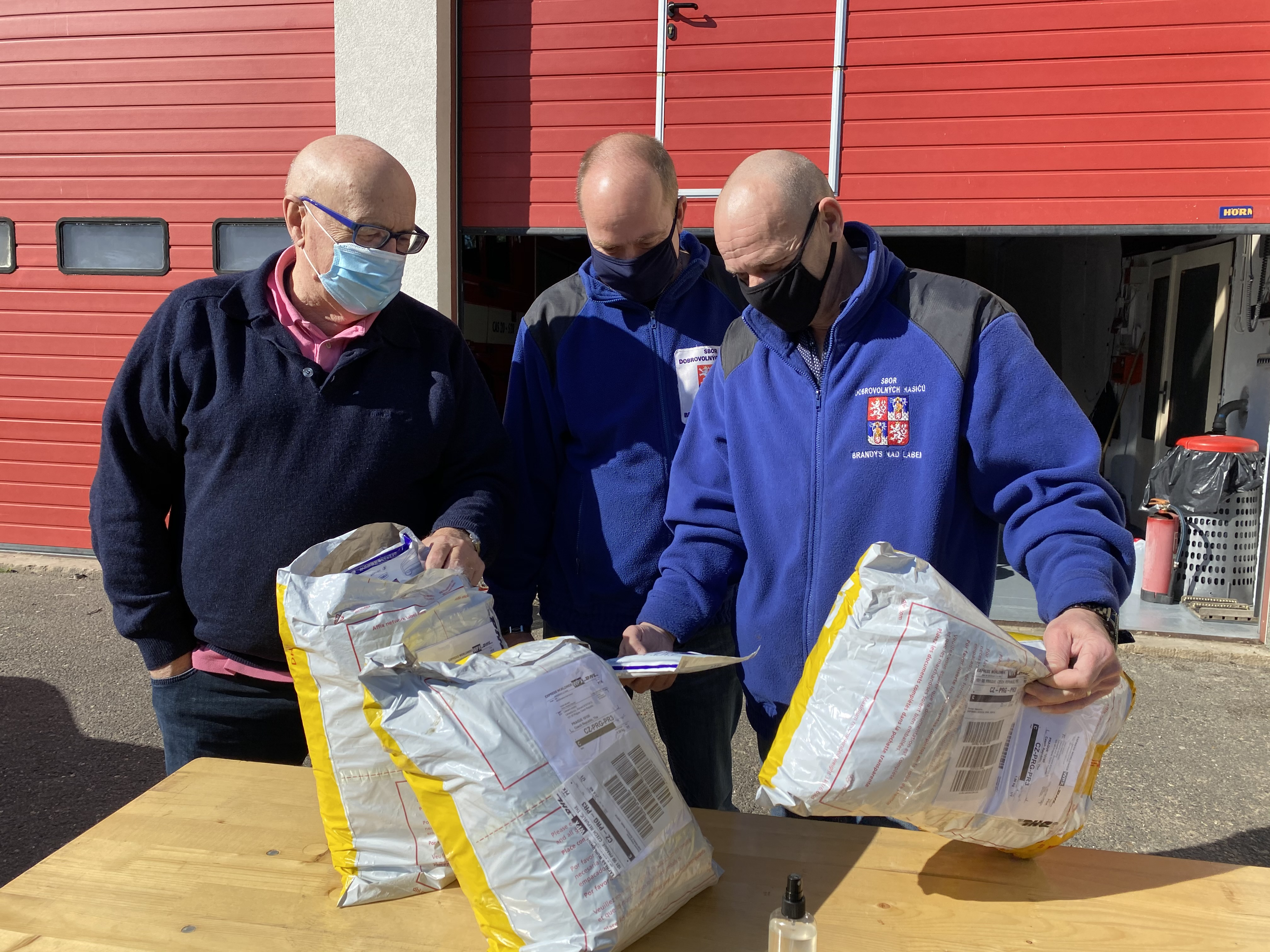 O distribuci roušek se postarali místostarosta Jaroslav Dušek a vedoucí oddělení bezpečnostního a krizového řízení Ladislav Gürtler.