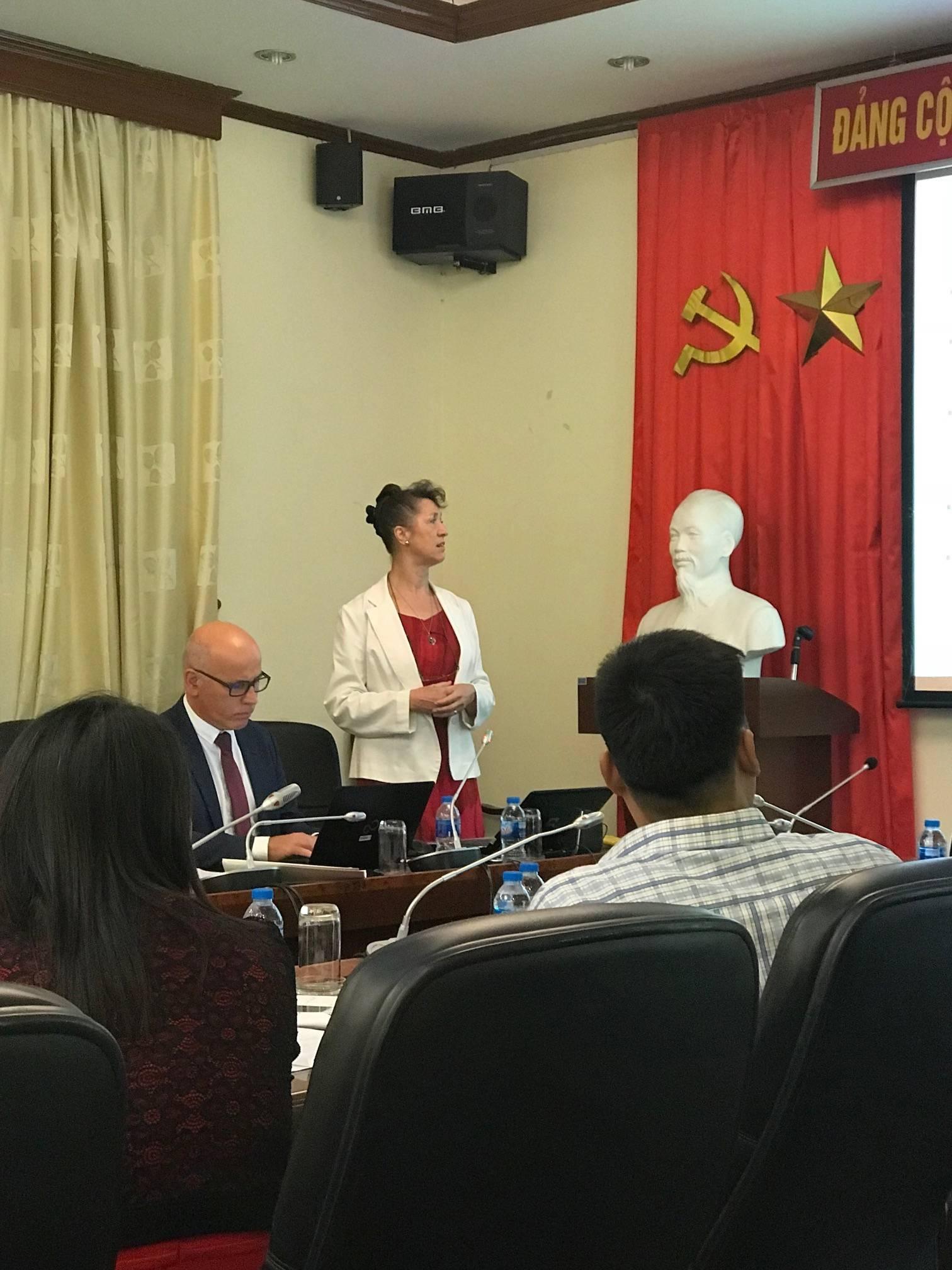 Ho Či Min, srpy a kladiva a rudé vlajky jsou všudypřítomné. Foto: Marie Dufková